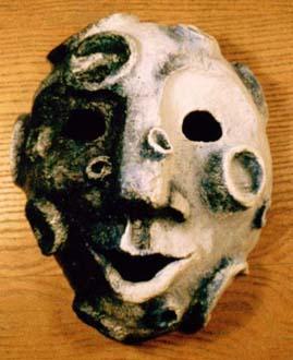 """""""Måne"""" Mask i papier-maché och akrylfärg Privat ägo, 1986"""