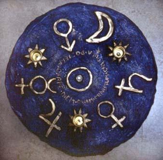 """""""Himmelska tecken"""" Ljusstake i gips och oljefärg Privat ägo, 1993"""