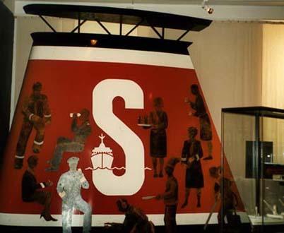 """""""Stena-skorsten"""" del av basutställningen """"1900-talets sjöfart"""", olja på plåt, 4 m hög Sjöfartsmuseet i Göteborg, 1995"""