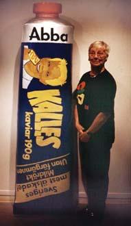 """""""Kalles kaviar"""" Vinyl på cellplast, 180 cm hög (+ mamma, normalstor!) Abba Seafood AB, 1997"""