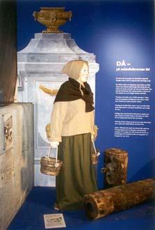 """""""Kvinna"""", docka i papier-maché mm, 180 cm hög till utställning på Terra Nova Göteborgs VA-Verk, 1999"""