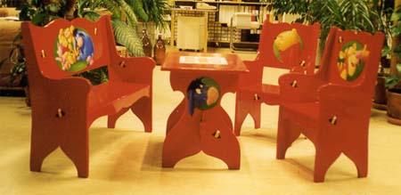 Barnmöbel med Nalle Puh-illustrationer Olja på trä Privat ägo, 1999